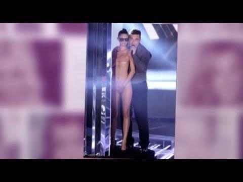 Celebrity Bytes: Robbie Williams Cavorts on Stage With Topless Dancer - Splash News | Splash News TV