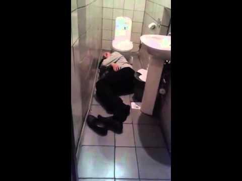 должен быть, пьяная девушка общается с унитазом видео положения