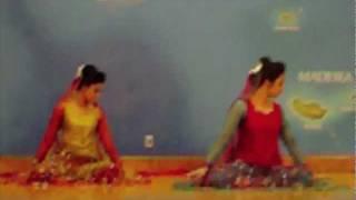 MUST WATCH: Mujhe Rang De Bollywood Dance