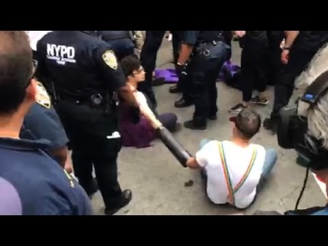 Protesters arrested at NYC Pride parade - Dauer: 106 Sekunden
