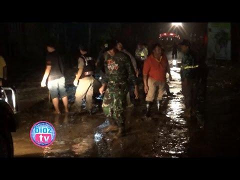 evakuasi-dramatis-banjir-lumpur-&-longsor-trenggalek,-emil-dardak-&-kapolres-turun-tangan---bioz.tv