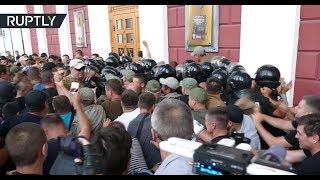 В Одессе родители детей из сгоревшего лагеря попытались ворваться в здание горсовета