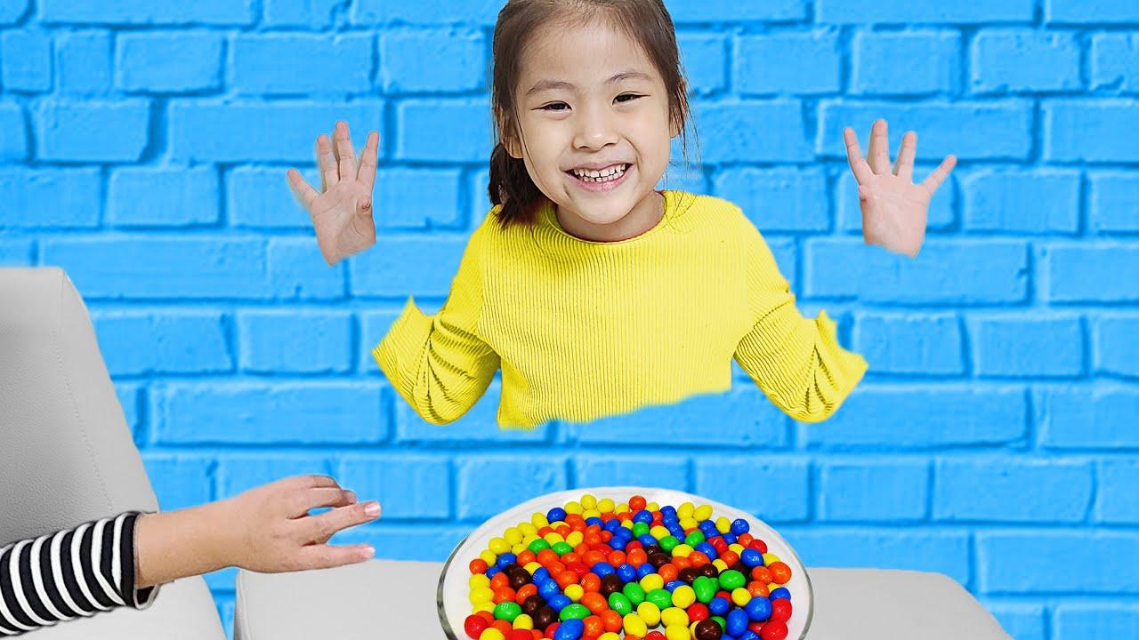 벽을 통과할수 있다고? 서은이와 유준이의 마법의 벽 통과 장난감 과일 쿠션 놀이 Seoeun and Yoojun Jump through the wall