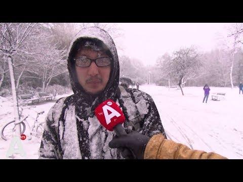 Glibberen en glijden door pak sneeuw in de stad