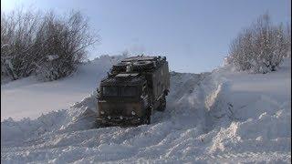 Дизельный ГАЗ-66 крутой спуск на колымский зимник