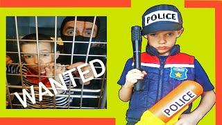 Тима играет в профессию как полицейский