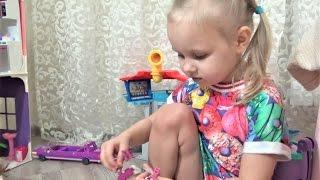 Алиса и Тея играют куклами Фабрика ГАМБУРГЕРОВ Девочки играют в дочки матери