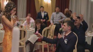 Парень неожиданно для всех делает предложение руки и сердца на свадьбе брата