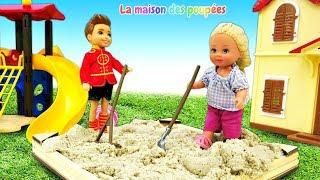 La vie des poupées. Vidéo en français pour enfants. Steve et Evi nettoient du sable