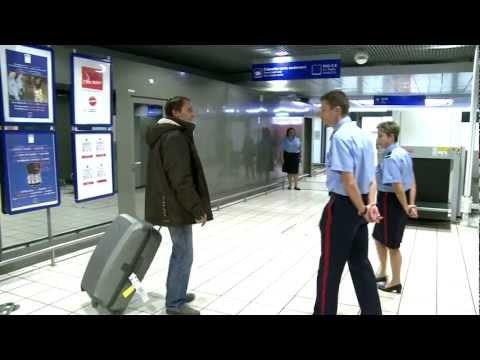 Aéroports de Lyon : avec le service des Douanes / with the customs officers