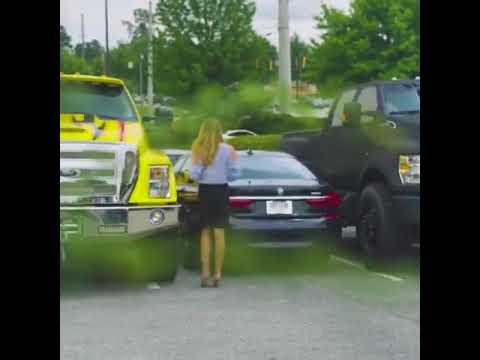Eingeparkte Blondine weiss sich zu helfen