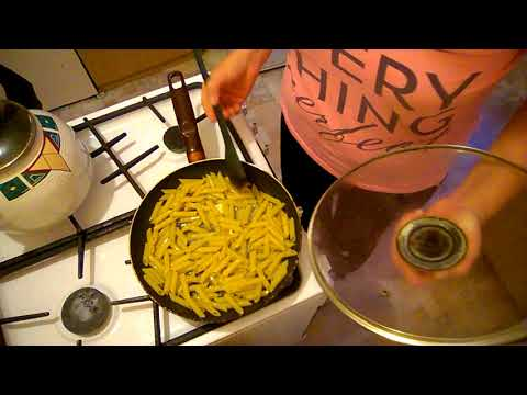 Как пожарить вареные макароны на сковороде