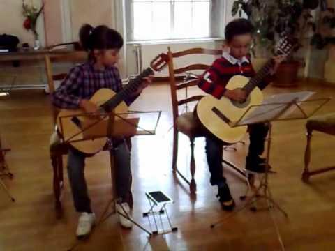 2010-35a Johannes und Lorena mit Gitarre Griechischer Wein 22.6.10