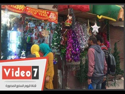 مسلمون ومسيحيون يقبلون علي شراء هدايا الكريسماس في أسيوط