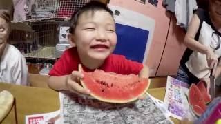 みんなでスイカを食べました♪ パパの何分でスイカを食べきるか?チャレンジ thumbnail