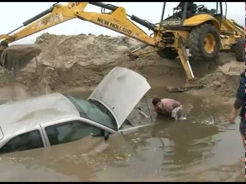 Carro é desenterrado em praia de Imbituba