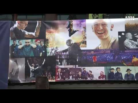 Tributo a Chester Bennington, memorial Warner Bros al leader dei Linkin Park