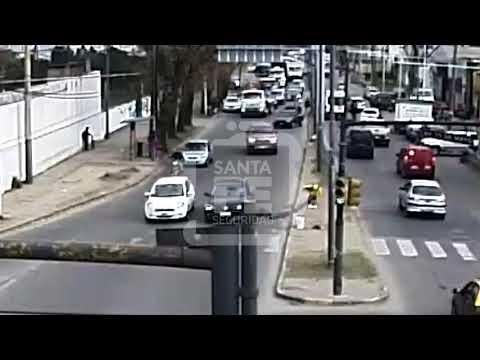 Un video muestra como un auto atropella a un chico