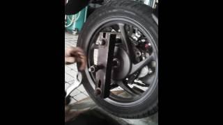 Alat buka roda blakang motor metik