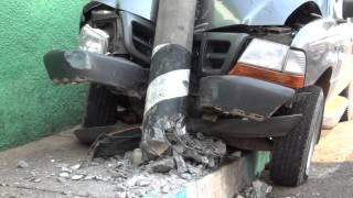 Caminhonete Ford Ranger bate em poste no centro de Ipuiuna