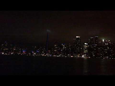 Торонто с борта парома. Башня в облаках.