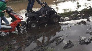 Скутер vs квадроцикл(по грязи)
