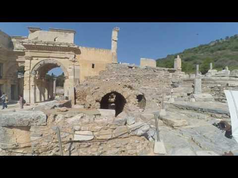 Efes Celsus Kütüphanesi Ön Cephe ve Avlu