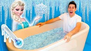 BAGNO IN UNA VASCA PIENA DI ACQUA E GHIACCIO! (Ice Bath Challenge)