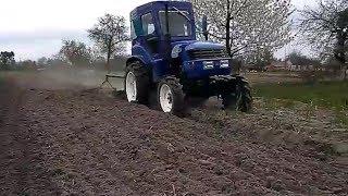 Мини трактор DF 244 пашет огород.