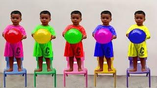 RAFAEL FOI CLONADO - Aprendendo cores com bolas, Five little monkey jumping on the bed