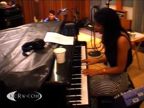 Marina and the Diamonds - Numb (KCRW Acoustic Session 08/07/2010) 4