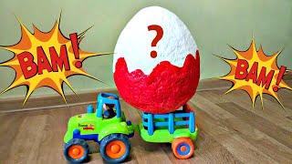 Трактор везет в прицепе Огромное Яйцо с сюрпризом. Видео про трактор для детей.