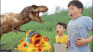 Chocolate Boy And Brother Take A Rest On Sand - Face Dinosaurs - Treasure Hunt | Tube 4 Kids
