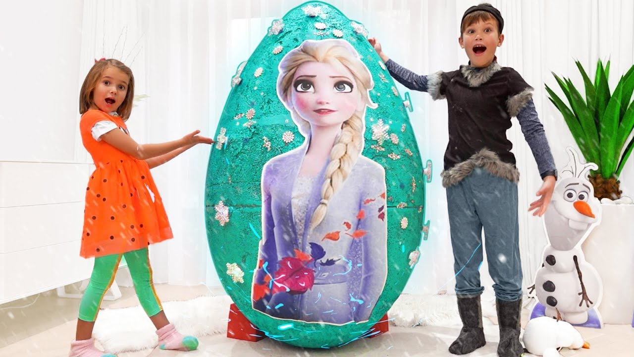 Катя и Макс открыли огромное яйцо с игрушками принцессы