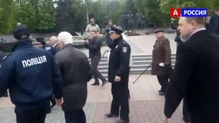 1 мая в Киеве бьют ветеранов на праздник видео.