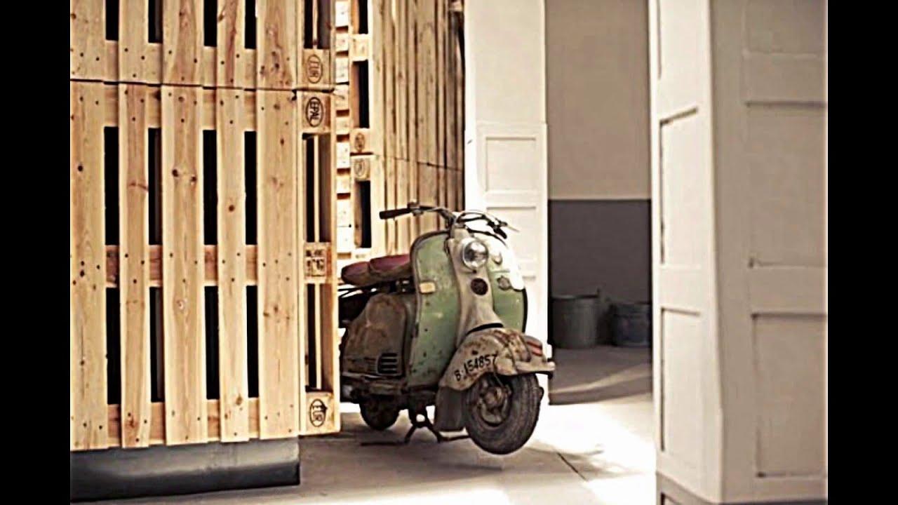 Holz Europaletten in einer renovierten Ausstellungshalle von Two.bo ...