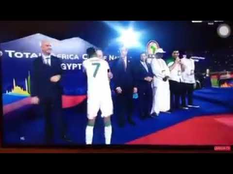 رياض محرز يرفض السلام على رئيس وزراء السيسي اثناء تسلمه الكأس💪