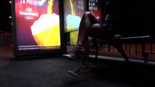 Ночь в Париже. Девушка на остановке.