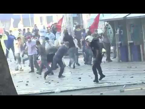 Police fire their service weapons against demonstrators in Ankara / Policía dispara su arma contra