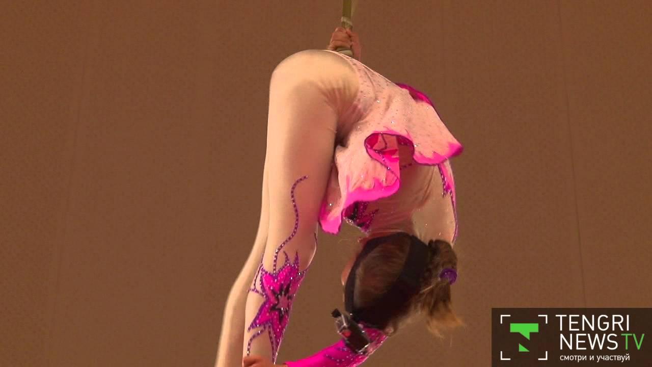 Акробатки без трусов танцуют видео