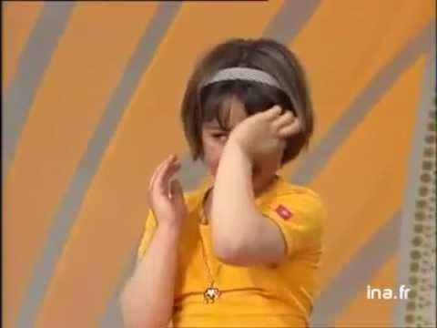 trééés touchate fillette qui chante prendre un enfant par la main