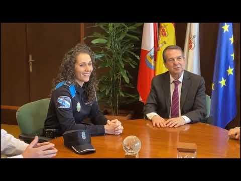 La policía local que salvó al bebé ayer cuenta al alcalde de Vigo cómo lo hizo