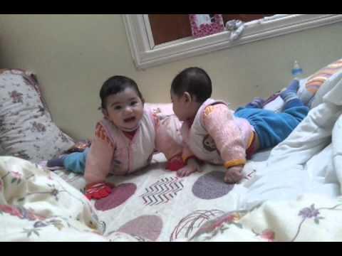 Hai bé sinh đôi nói chuyện- Hai bé đang dùng ngôn ngữ gì?