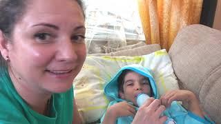 Андрей шутит и учится играть с маленьким братом в игрушки и машинки