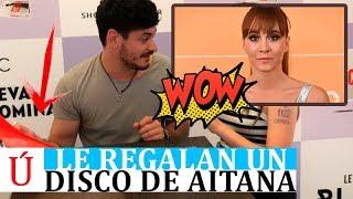Así reacciona Cepeda cuando en su firma le regalan un disco de Aitana Ocaña