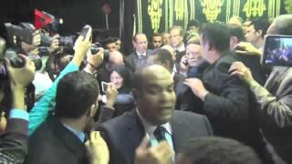 بالفيديو  تجمع الصحفيين حول عادل إمام يعطل خروجه من عزاء هيكل