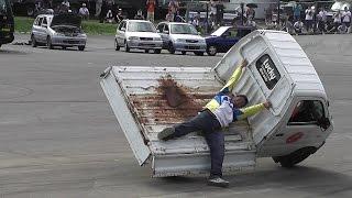 チーム・ラッキーによる、軽トラックの荷台に人を乗せての片輪走行。 AU...