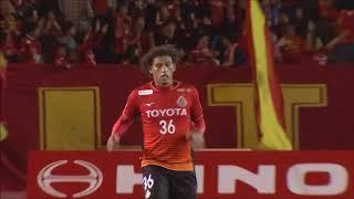 左サイドのCKからゴール前に送られた速いボールをホーシャ(名古屋)が...