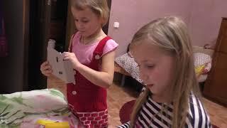 Дети открывают  НОВОГОДНИЕ подарки/Встречаем 2018 год/ САЛЮТ