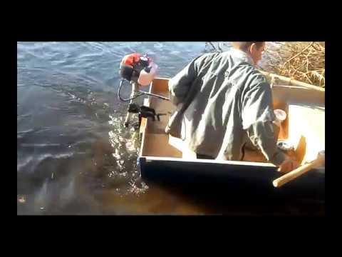 тест драйв мотора на лодке из фанеры.